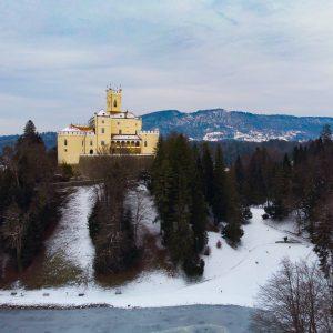 Južna strana dvorca gledana s jezera